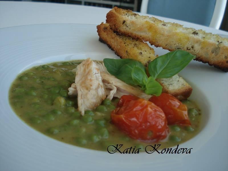 Супа от грах с къри,пилешко месо и чери доматчета поднесена домашен сухар