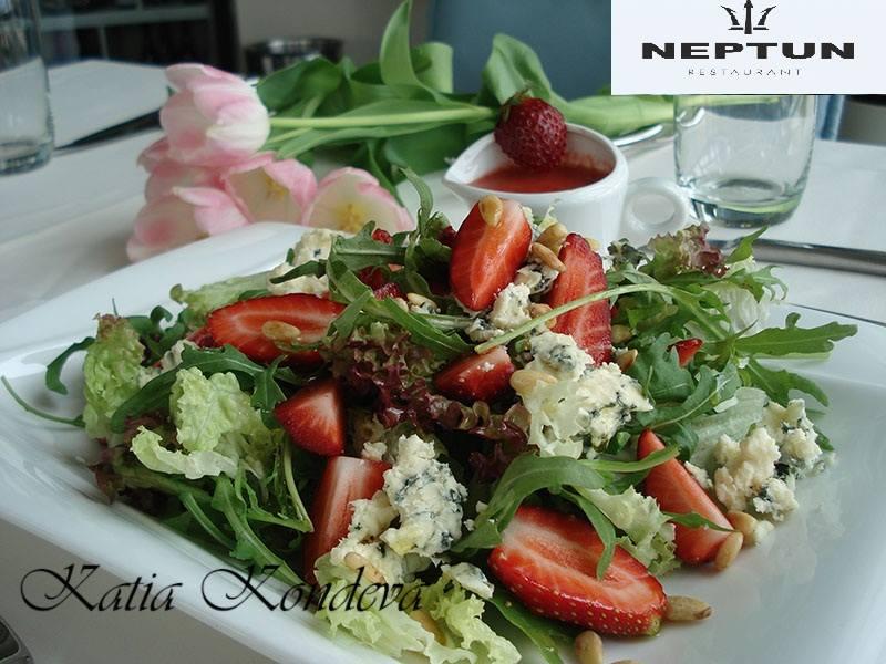 Микс от свежи листни салатки с ягоди,синьо сирене и печени кедрови ядки