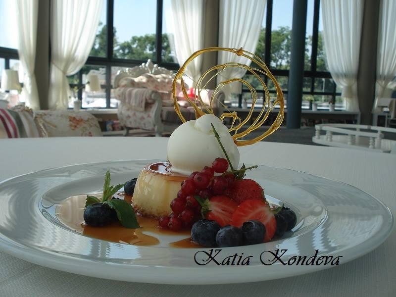 Крем карамел с френско грозде и горски плодове, ванилов сладолед и карамелен диск