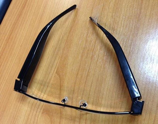 Шпионски игри: Очила с монтирана камера, която предава извън изпитната зала.