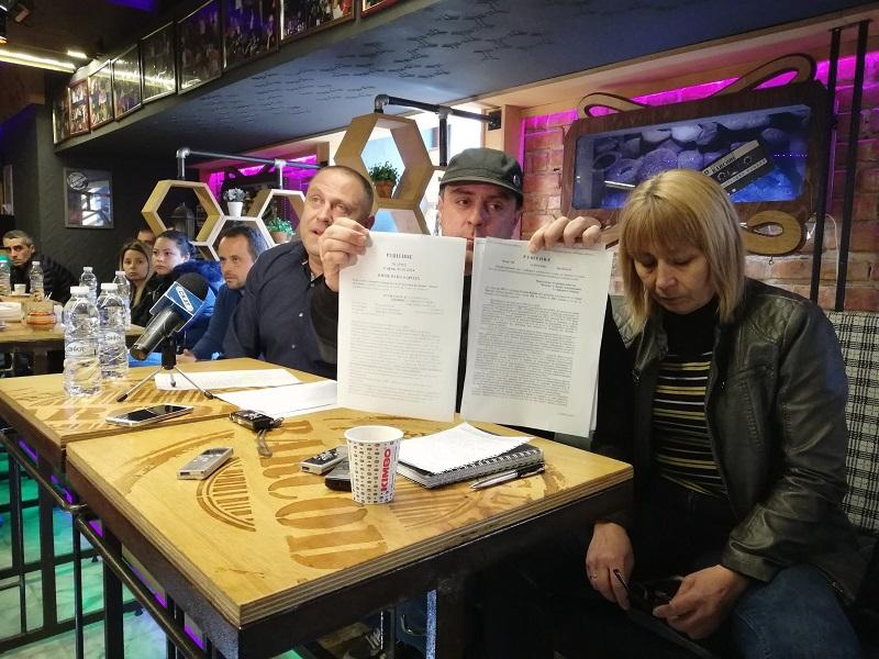 Търговци показват съдебните решения, които отменят спорните текстове в наредбата