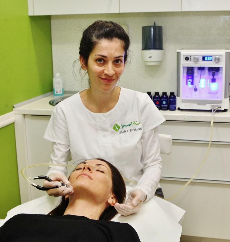 Специалистът от Jewel skin clinic Стефка Сиракова