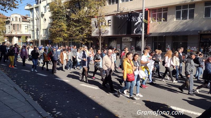 Около 200 скандират срещу маските и ваксините по бургаските улици