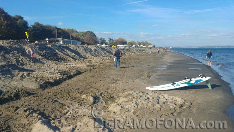 Огромни пясъчни диги разделиха Северния плаж