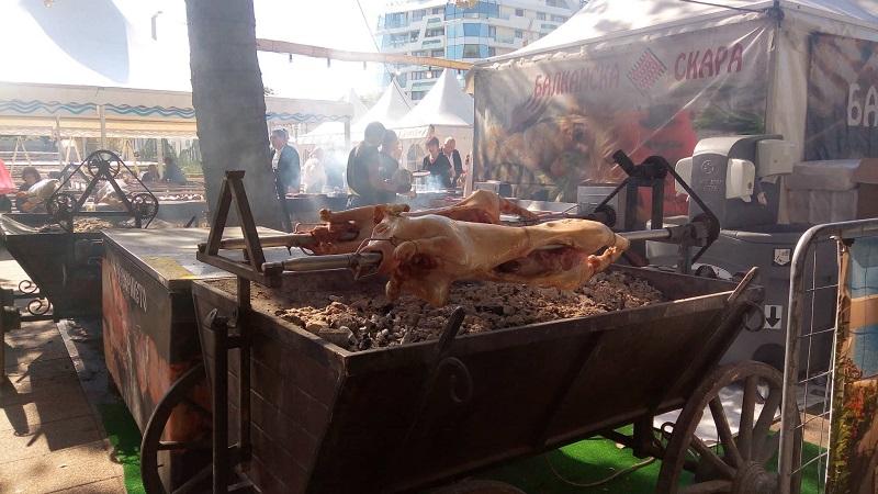 Печени прасенца на Фестивала на… рибата в Бургас