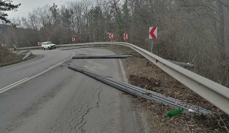 Внимание, шофьори! Затвориха Ришкия проход заради изсипана арматура по пътното платно (ОБНОВЕНА)