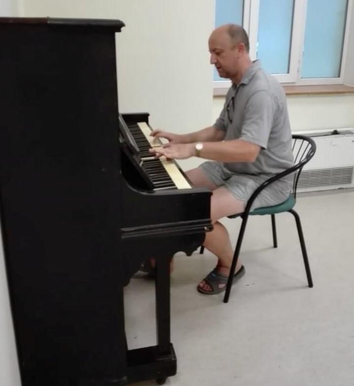 Композитор от Париж дари 100-годишно пиано на бургаската библиотека
