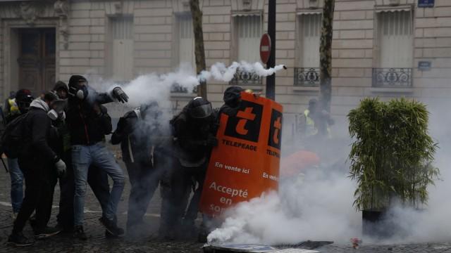 Сблъсъци в Париж: Десетки ранени и над 100 задържани