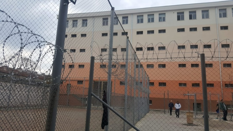 78 затворници влизат в клас в училището към пандиза в Дебелт
