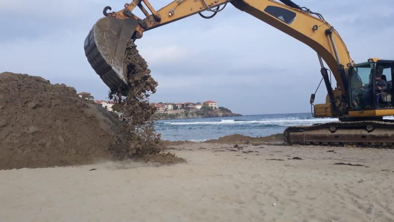 Разпоредиха на концесионера на плажа в Созопол незабавно да спре изземването на пясък