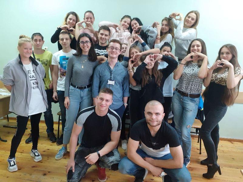 22-годишен американец преподава английски в Руската гимназия