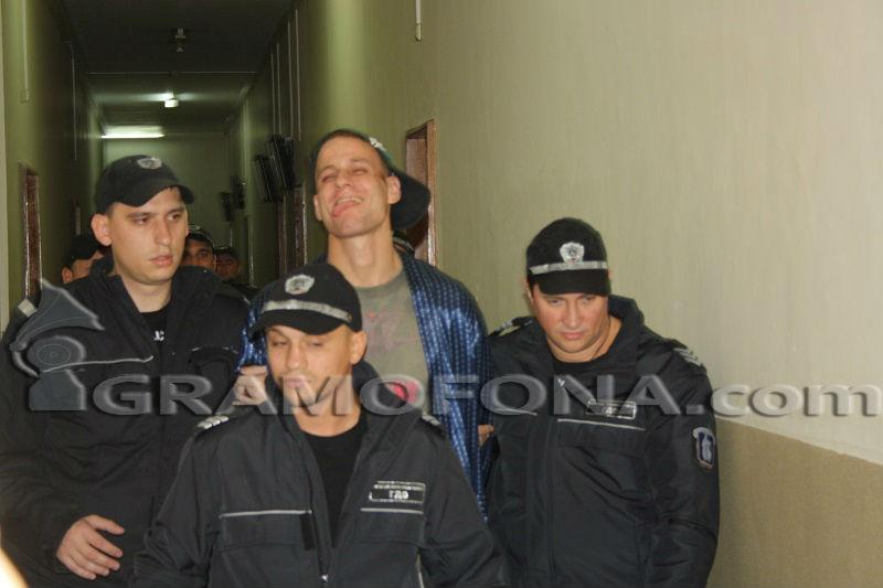 14 месеца затвор за ритник в лицето на фоторепортер