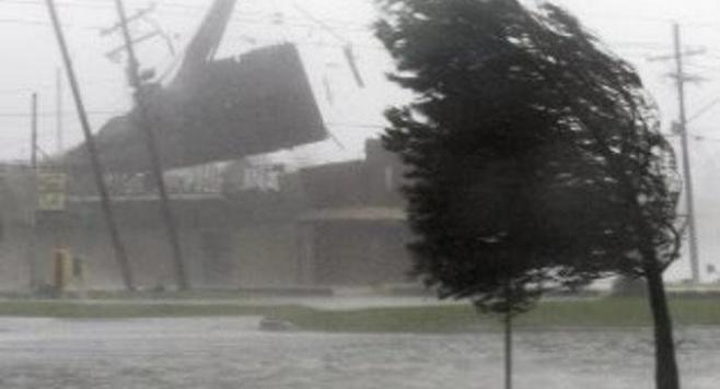 Нов ураган връхлетя САЩ, хиляди са евакуирани