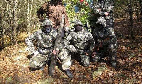 Мъже с маски по границата