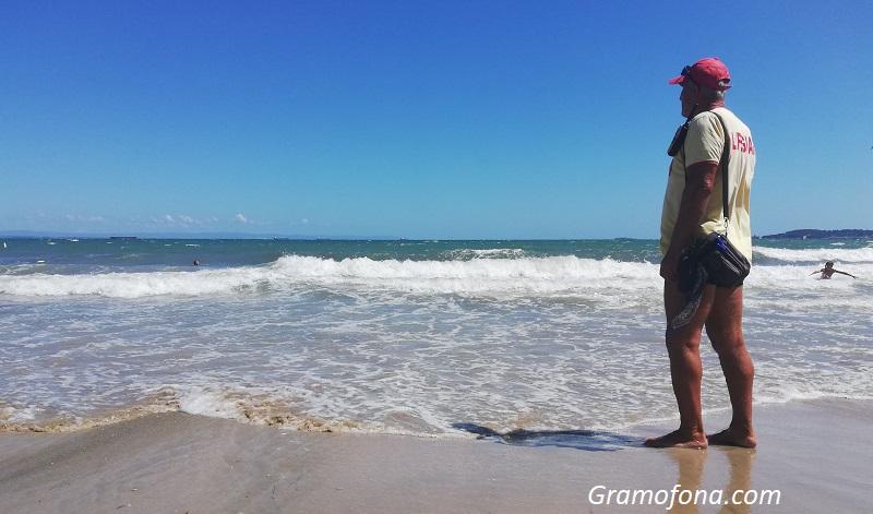 Ако вълната пада на брега и цялата е в пяна – значи има мъртво вълнение