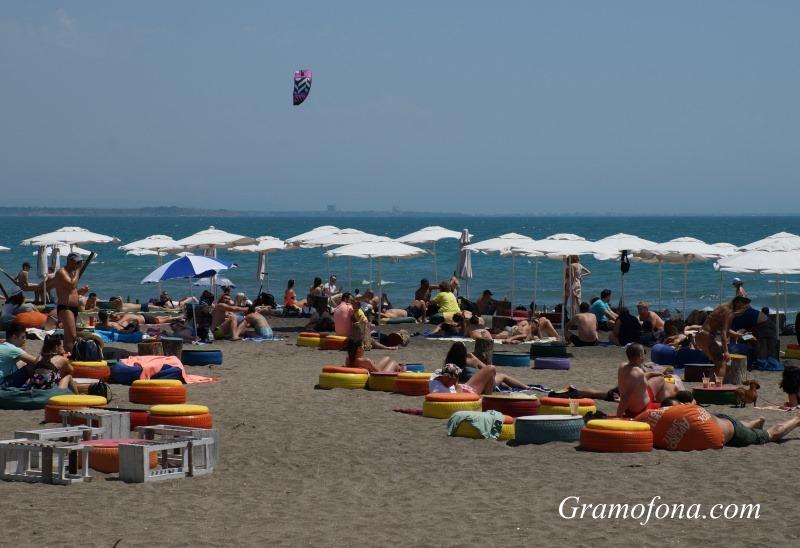 20 000 души на северния плаж в Бургас днес