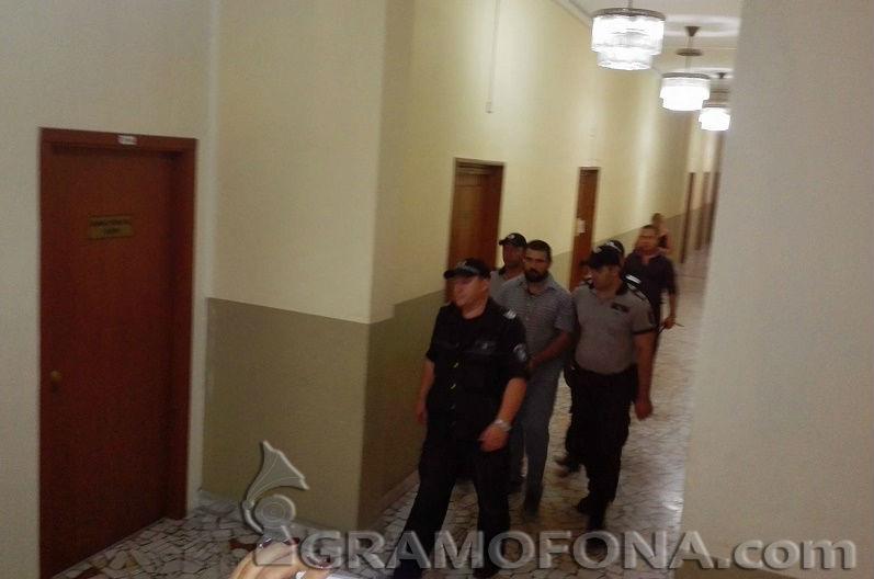 Горан, който побърка Бургас, пристигна с белезници от затвора в Ловеч