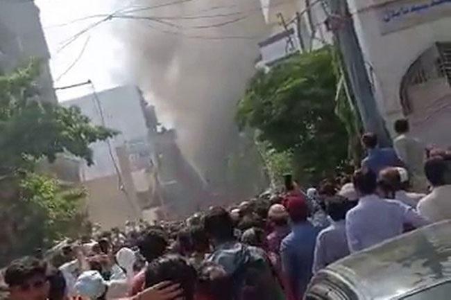Самолет със 100 души на борда падна в жилищен квартал в Пакистан