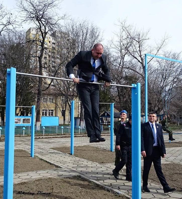 Вижте как президентът помпи мускули пред пловдивчани