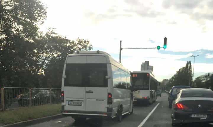 Бърза реакция: Издириха микробуса с износените гуми, в Руен започват проверки на превозвачите