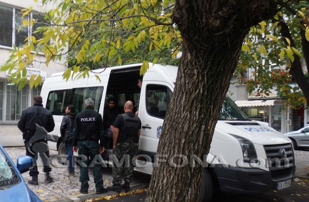 Хванаха мигранти, натъпкани в линейка