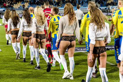 Холандски футболисти замениха децата с моделки по бельо