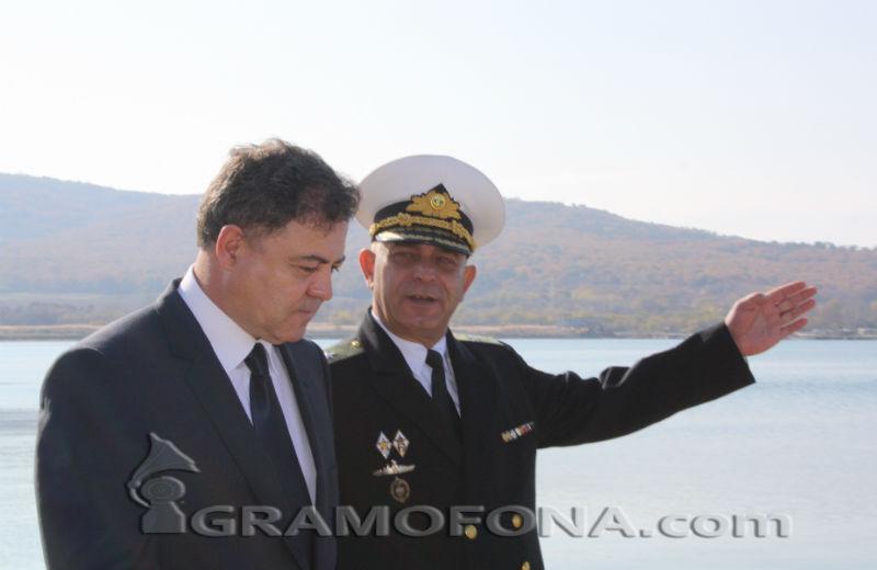 И мъже, и жени на военен отчет иска министър Ненчев