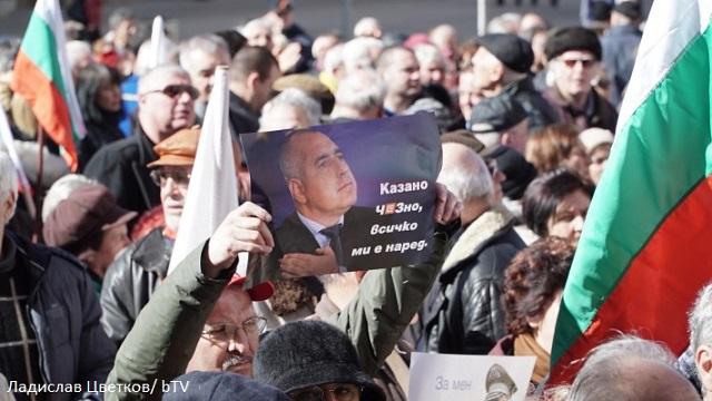 Протестиращи написаха оставката на Борисов  и му я оставиха за подпис