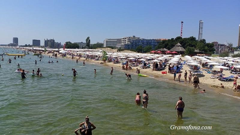 Пълен плаж и тих Слънчев бряг в края на юли