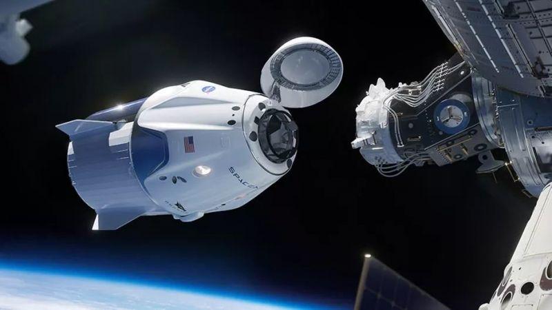 Корабът Dragon се скачва с космическата станция