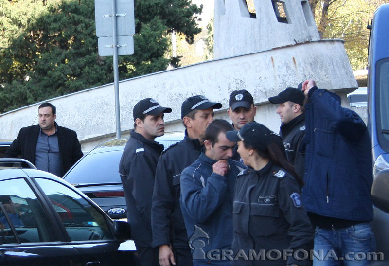 Каналджия отърва ареста заради дървеници в затвора