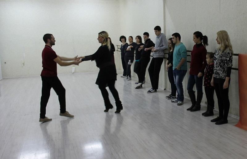 Деца и младежи в открит урок по спортни танци с Цвети