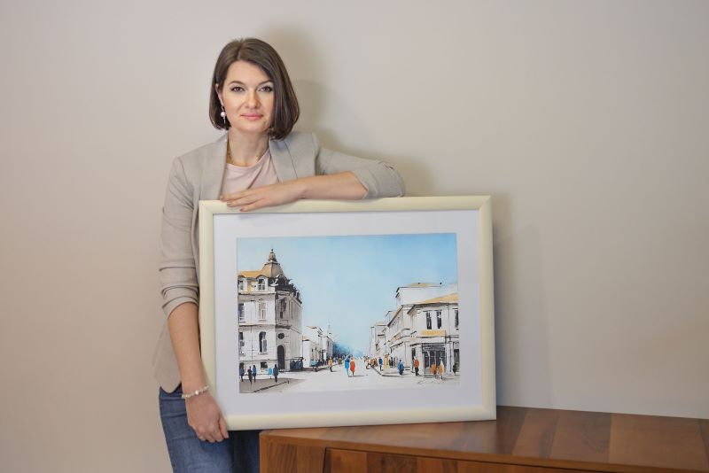 Красивата Юлия от Украйна се влюби и остана в Бургас, за да го рисува