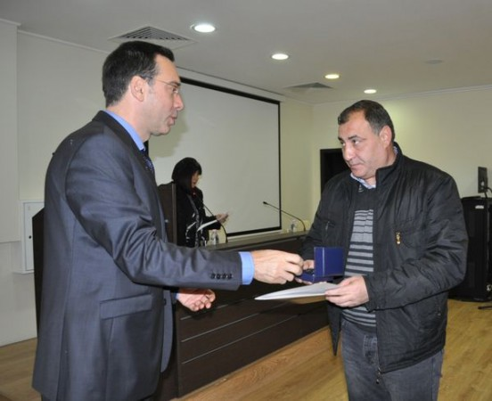 Кметът Николов награди доброволци с почетен знак