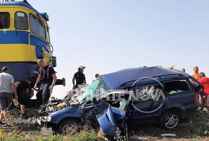 Влак помете кола на жп прелез, шофьорът загина