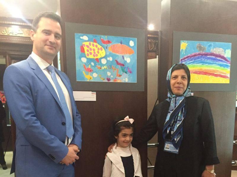 Бургаски зам.-министър показва детски рисунки от България в Иран