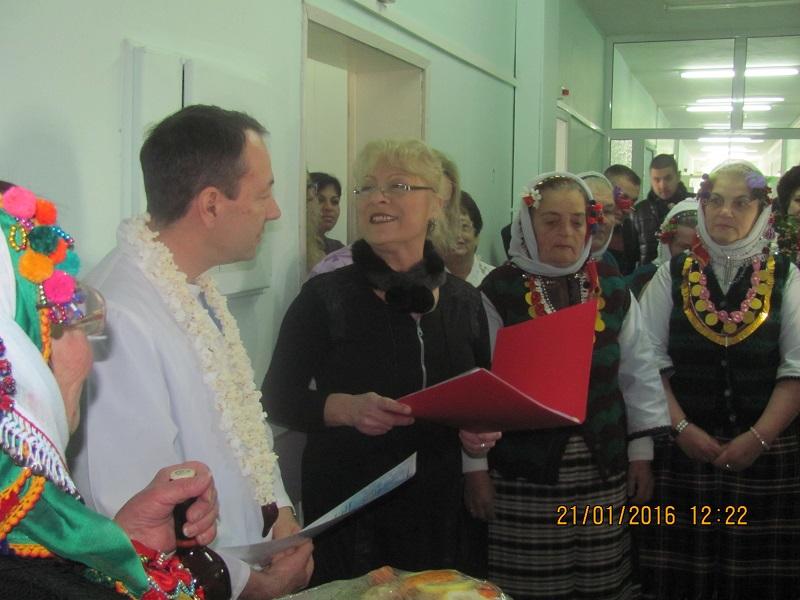 В МБАЛ – Поморие се изви празнично хоро по случай Бабинден