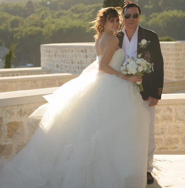 55-годишен милионер се ожени за 18-годишна