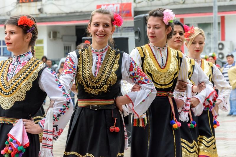 Община Камено инвестира в нови носии за танцьори, прославили района по целия свят