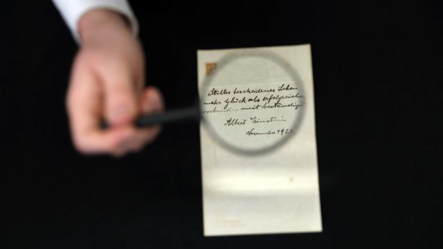 Продадоха за 1,56 млн. долара бележки от Айнщайн със съвети за щастието
