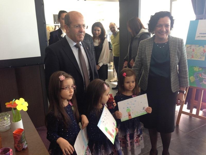 Тризначки от Приморско изненадаха министър Василева