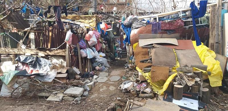 Смрад и боклуци в центъра на Несебър, мъж трупа натурии под прозорците на съседите си