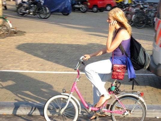В Холандия забраниха на колоездачите да говорят по телефона