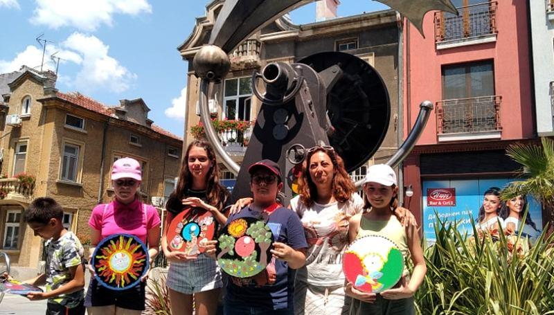 Екипът на Грамофона се сдоби с уникални грамофонни плочи, изрисувани от даровити бургазлийчета