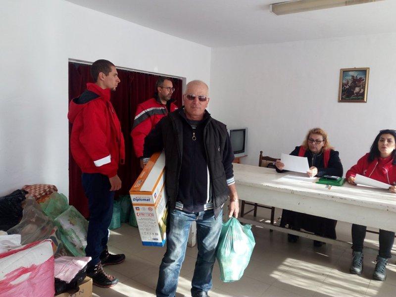 След потопа в Ливада се редят за храни и печки