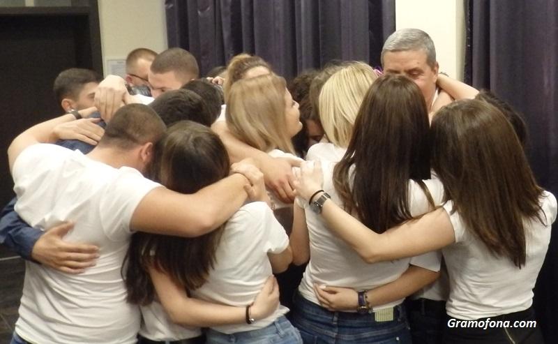 Голямата прегръдка на 12 В клас от Руската гимназия