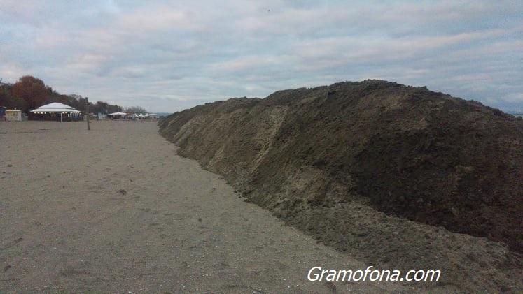 Двуметрова дига скри морето на северния плаж