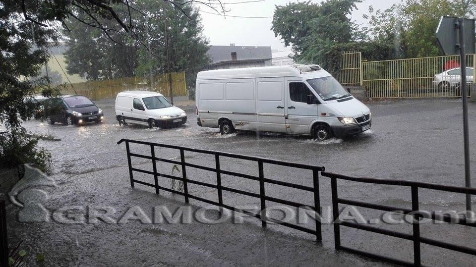 Читатели предупреждават: Наводнен участък в Зорница