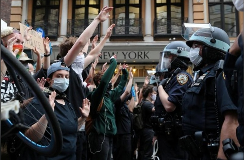 Хиляди демонстрираха в САЩ, в Ню Йорк влязоха в сблъсък с полицията