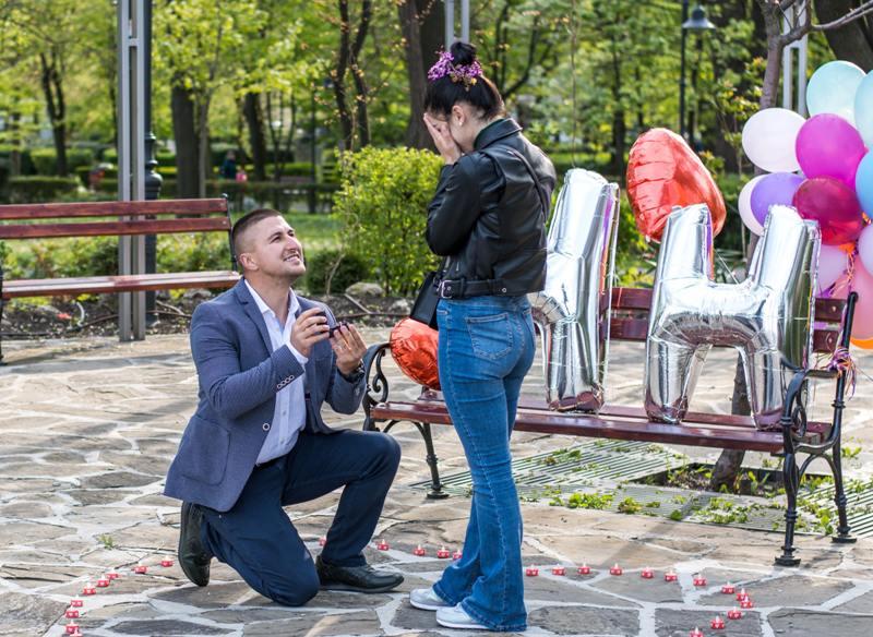 Красива бургазлийка получи предложение за брак в Морската градина